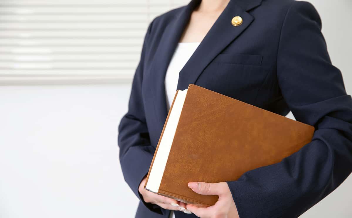 本を抱える弁護士