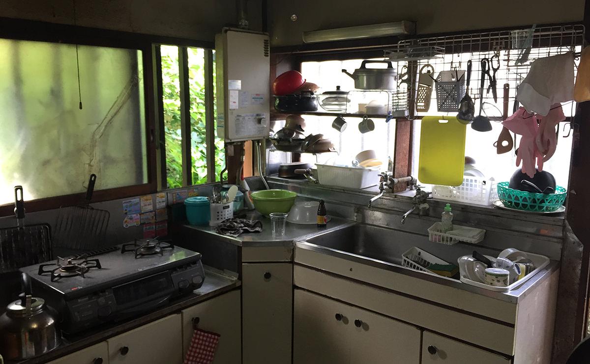 片付け前のキッチンの写真
