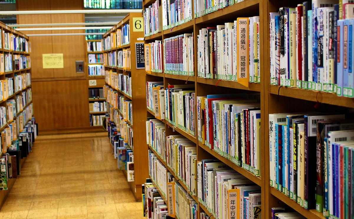 遺品整理で買取した本を寄付している図書館の写真