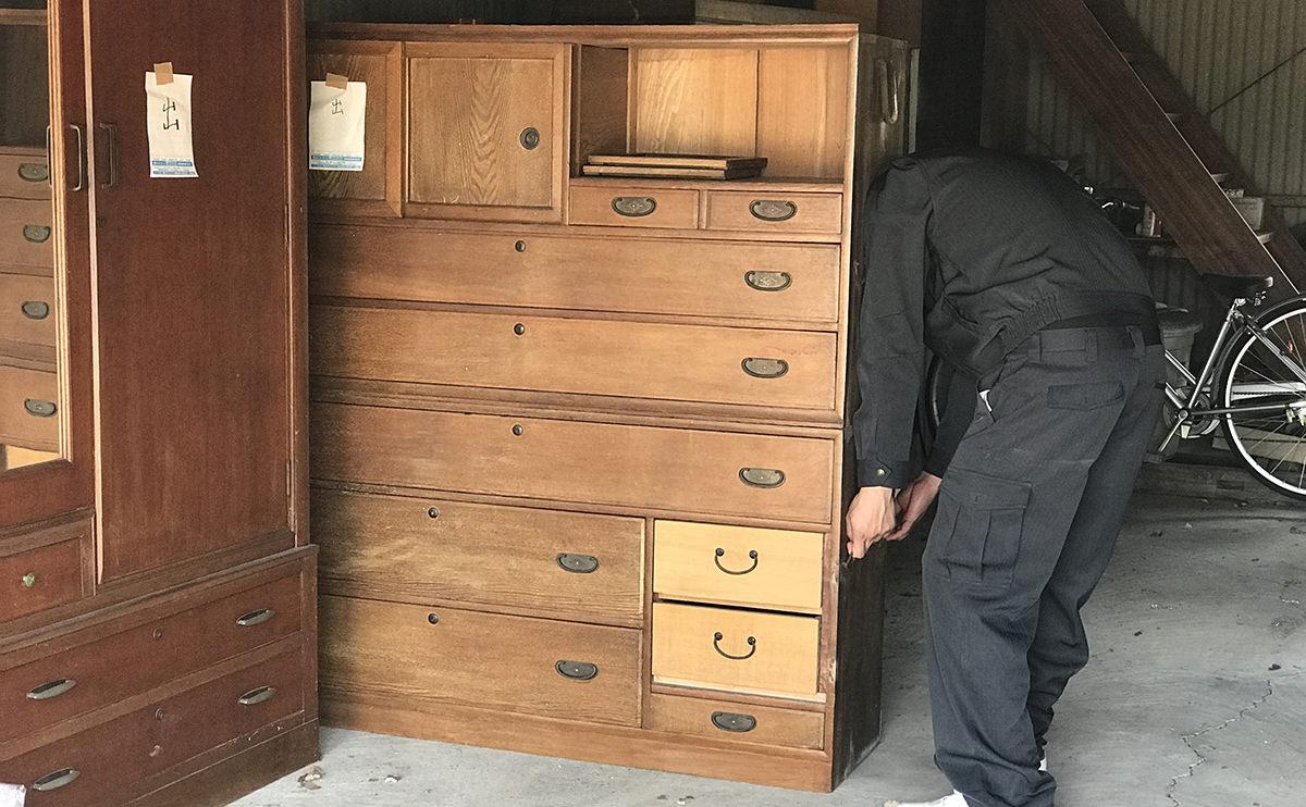遺品整理で買取をした家具を運んでいる写真