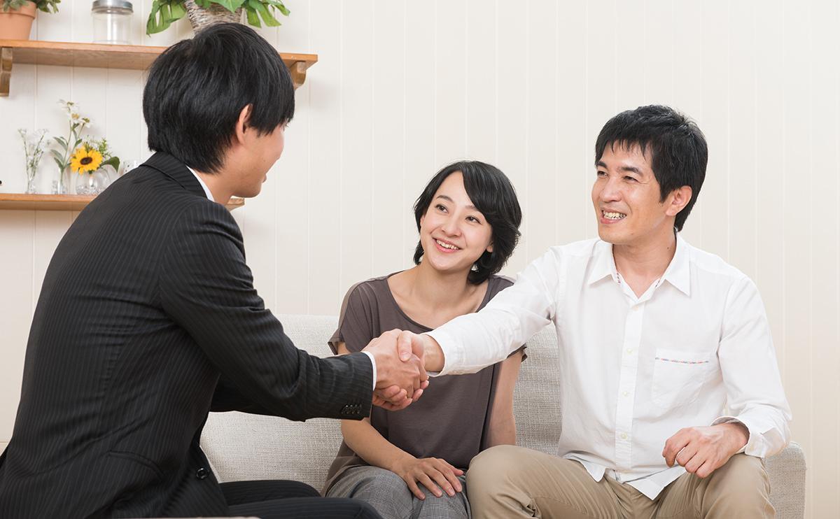 遺品整理を依頼する安心した表情の家族