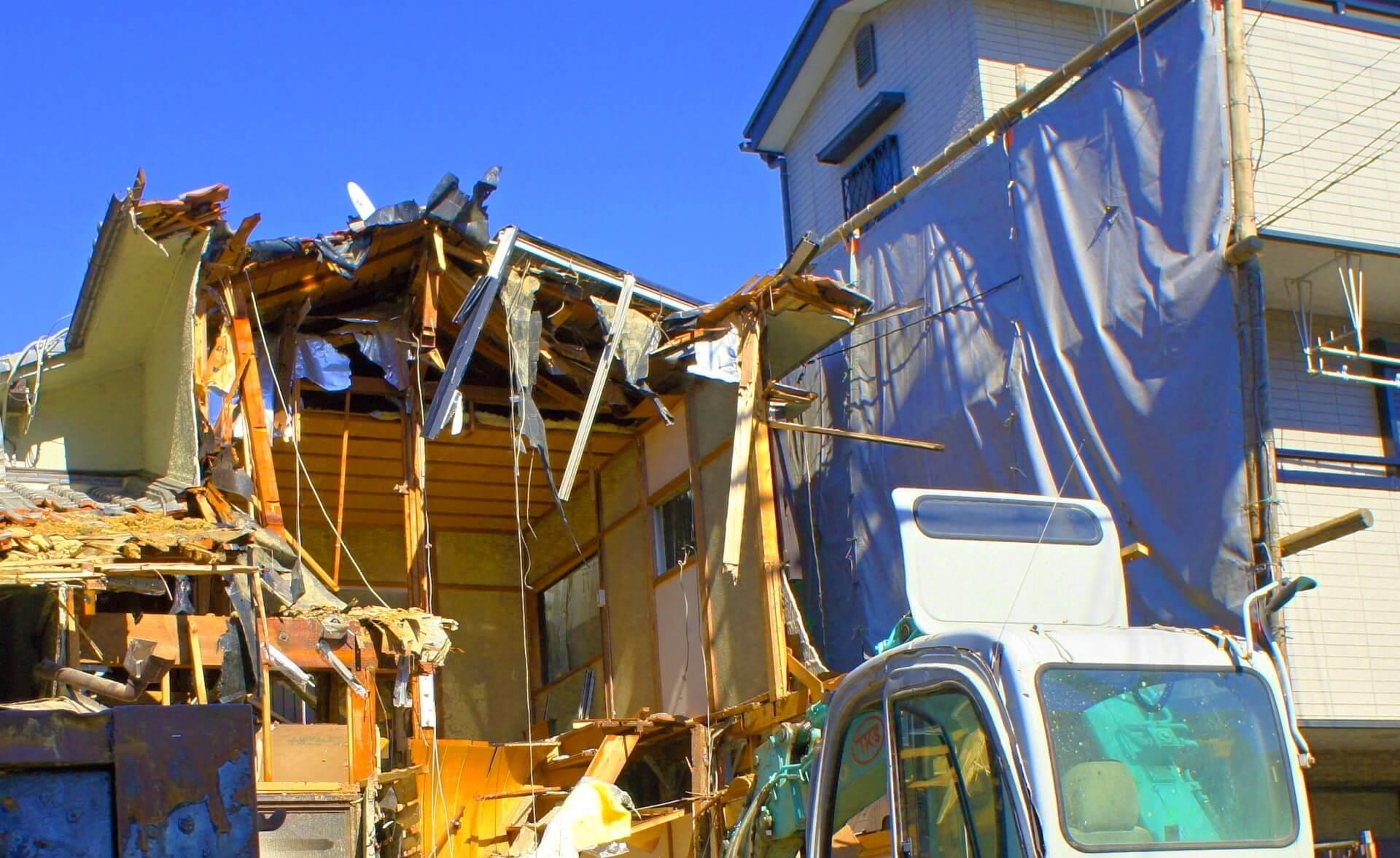 解体されている建物の画像
