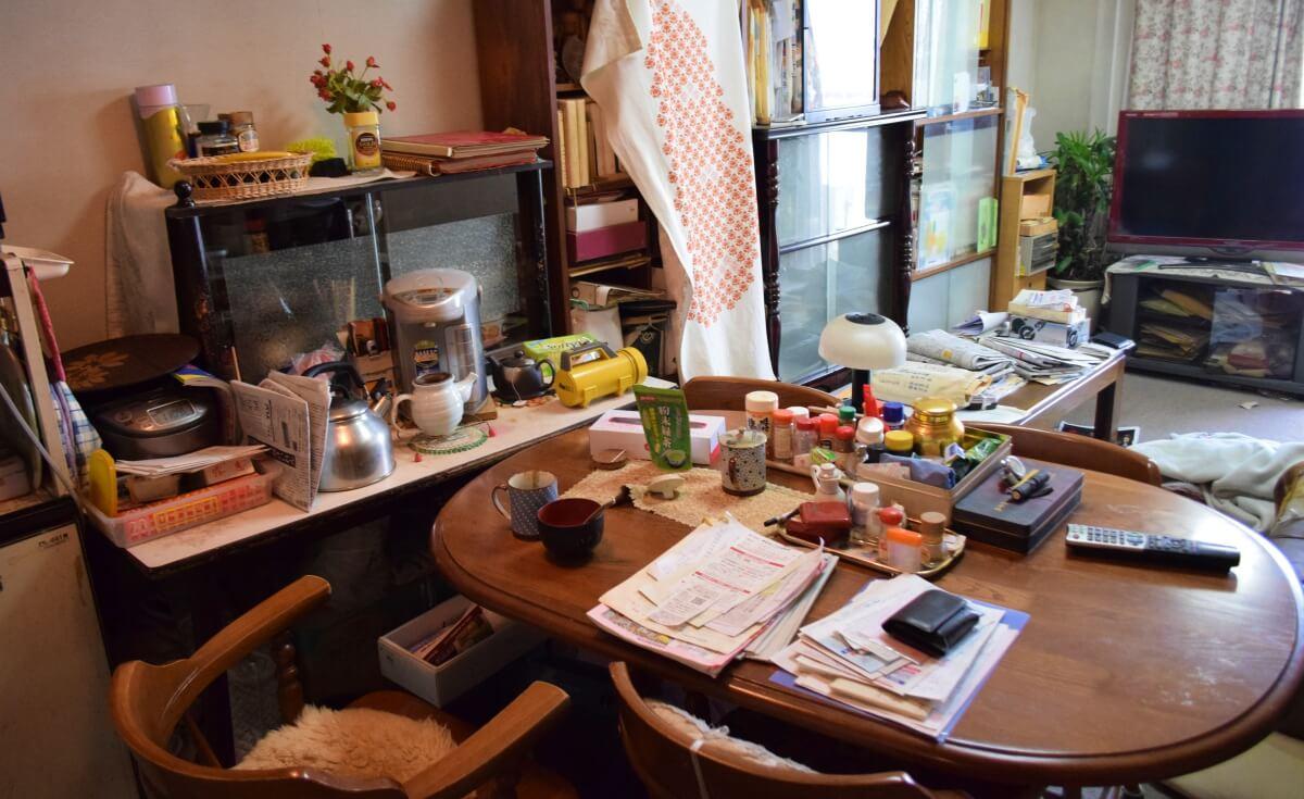 遺品整理を行う前の食卓の画像