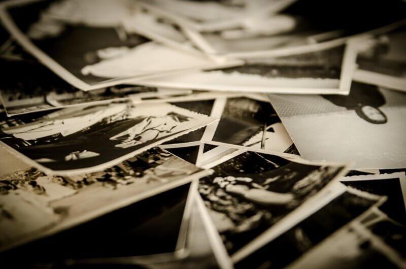 たくさんの白黒写真の画像