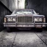 駐車場に止まっている旧車
