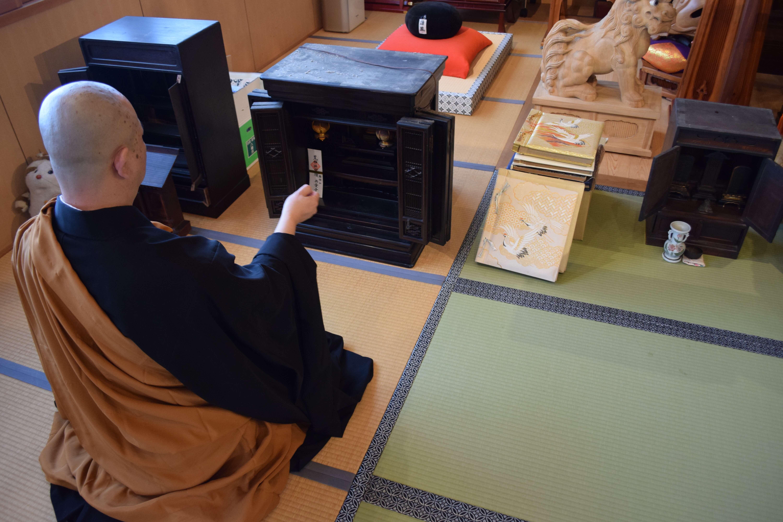 遺品整理で出た仏壇を合同供養する様子