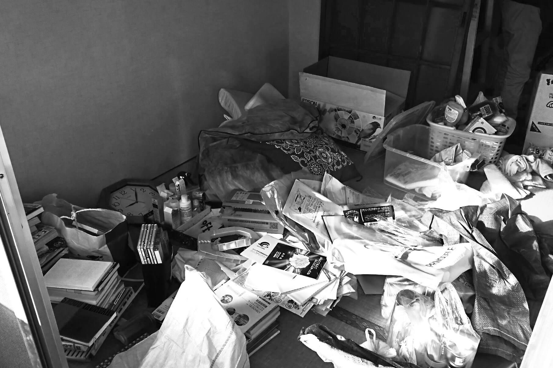 遺品整理業者の見積もりで失敗しない方法(片付いていない部屋の写真)