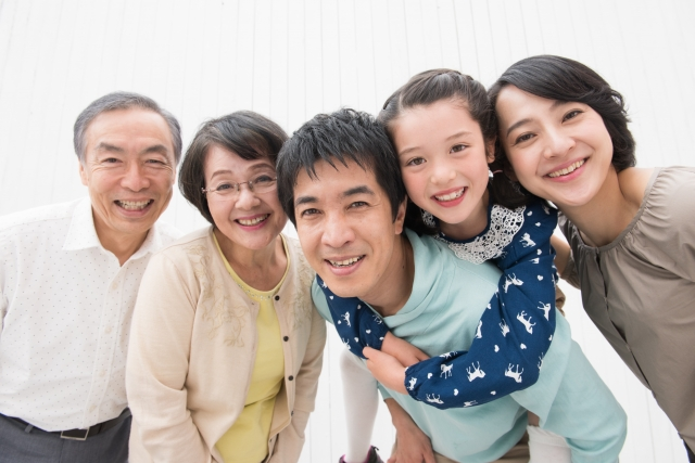 家族が一緒に映った画像