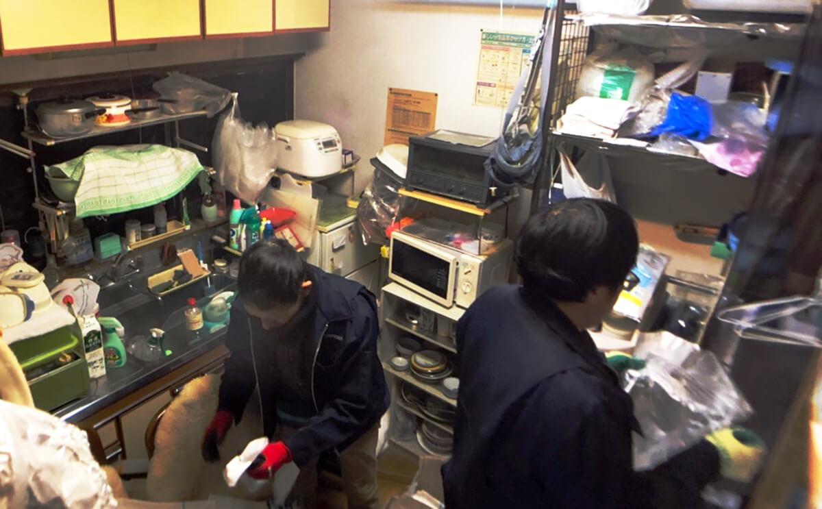 横浜ベスト遺品整理社の遺品整理での作業風景(制服は欠かしません)