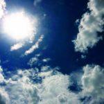 炎天下の青空:毎年のように耳にする「年々暑くなっている」は本当か。