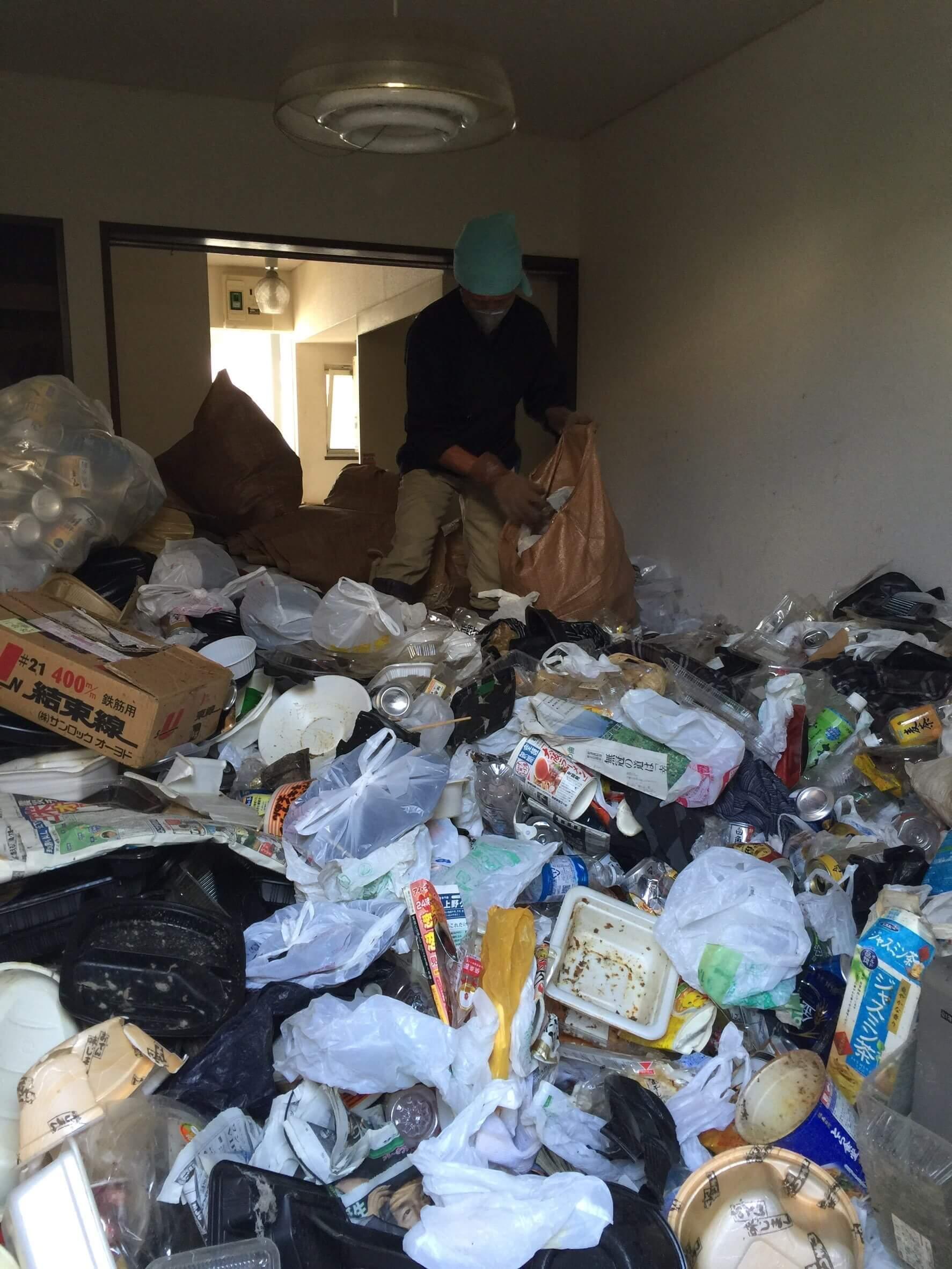 ゴミ部屋清掃作業風景