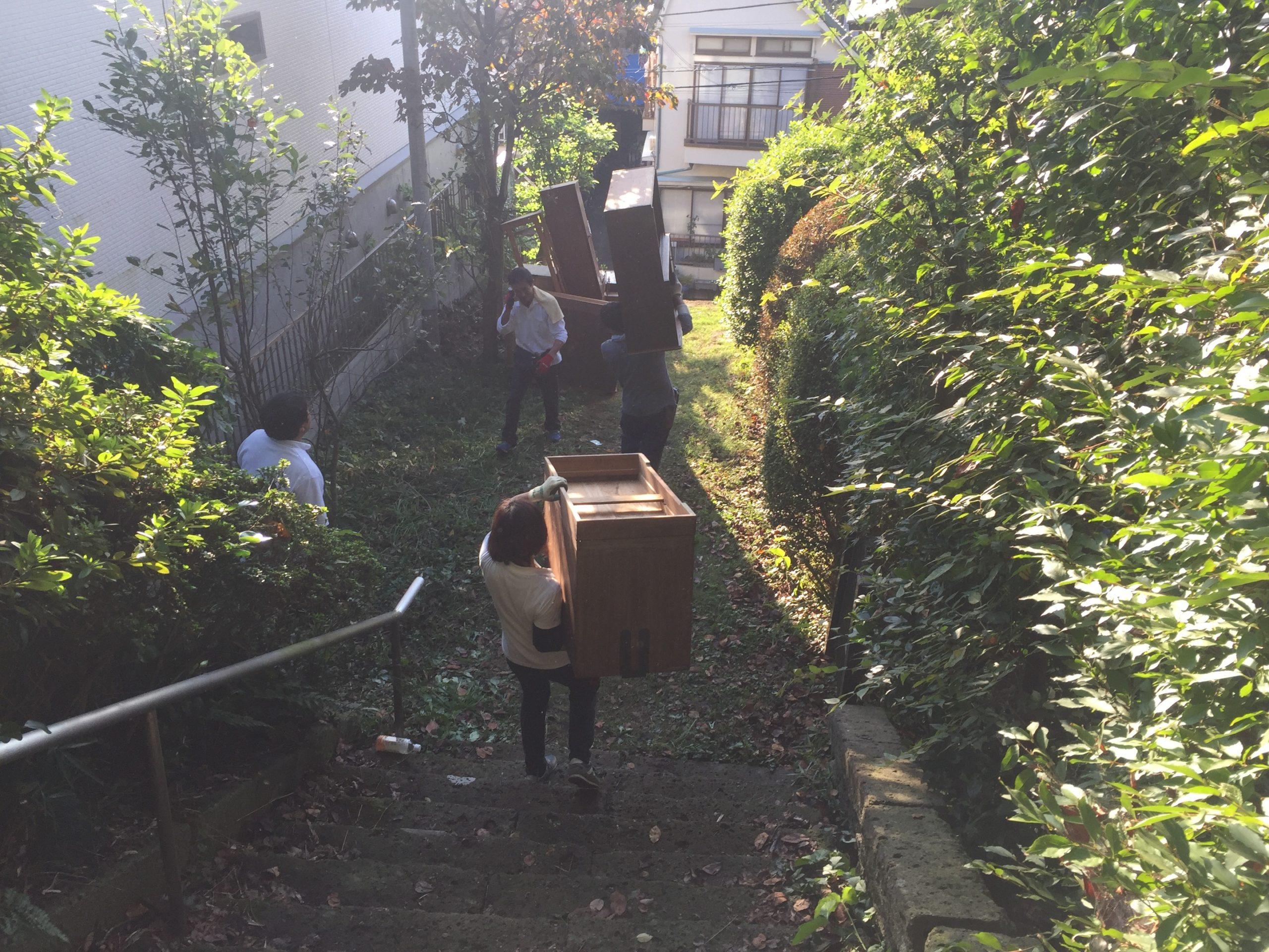 長い階段の上の住居