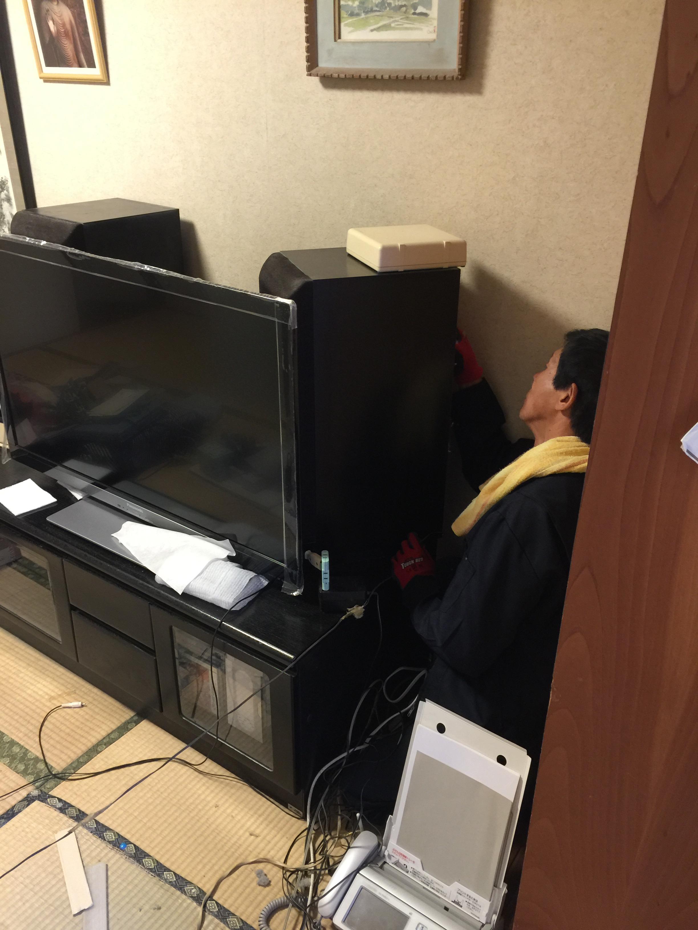 作業中にテレビを移動させる写真