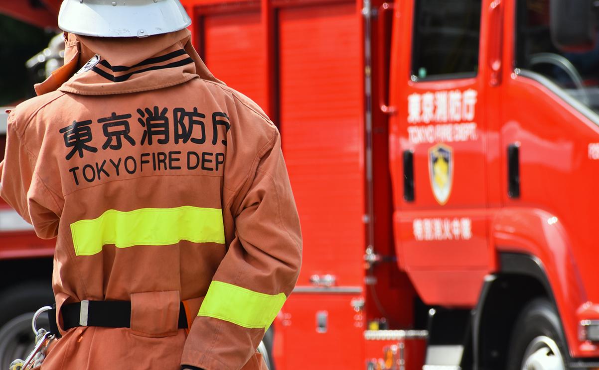 消防隊員と消防車