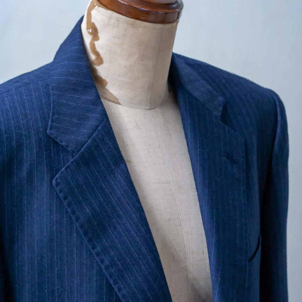 仕立て上がったスーツの画像