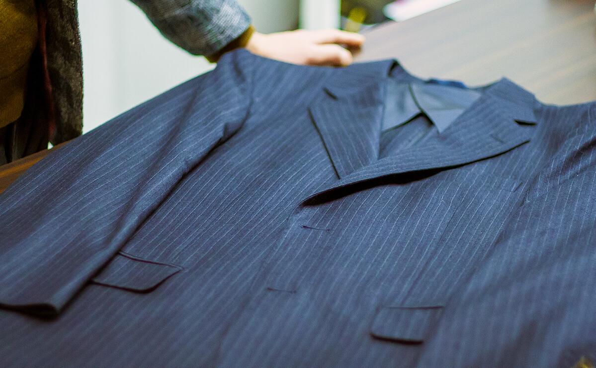 机の上に置かれたスーツ