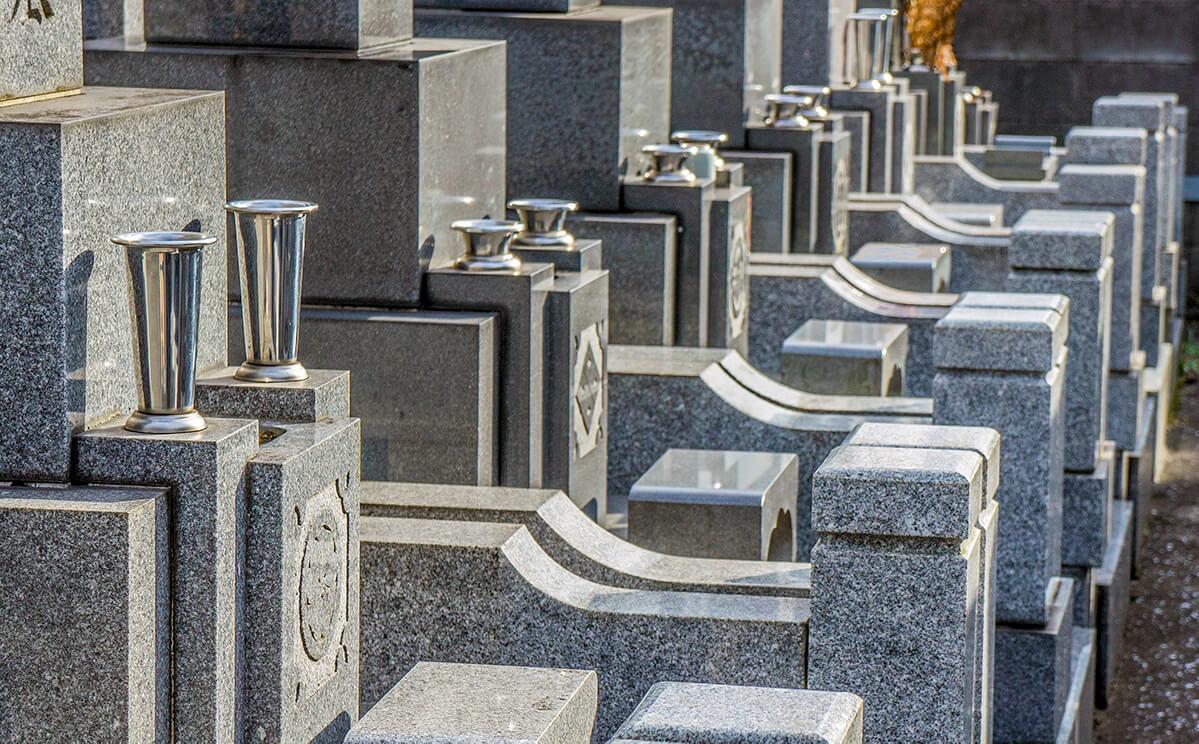 お墓が並んだ画像