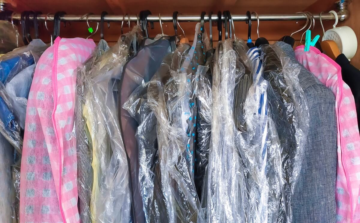 クローゼットの中の洋服(遺品整理で服などの多量な衣服は、どうしたらいいのか)