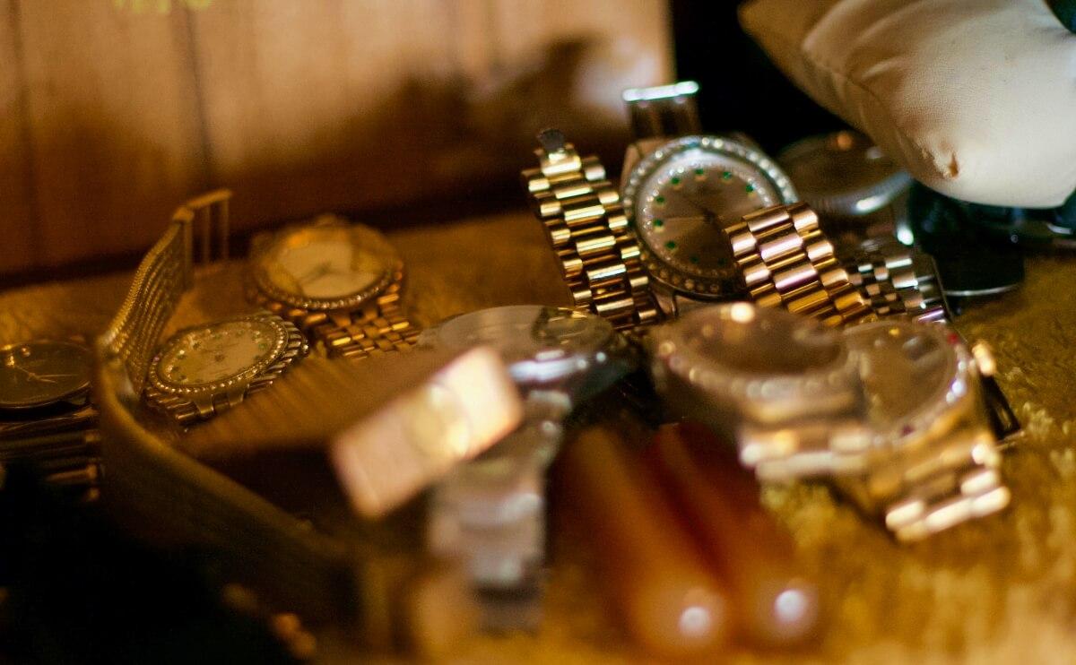遺品整理時の戸棚にある時計の様子