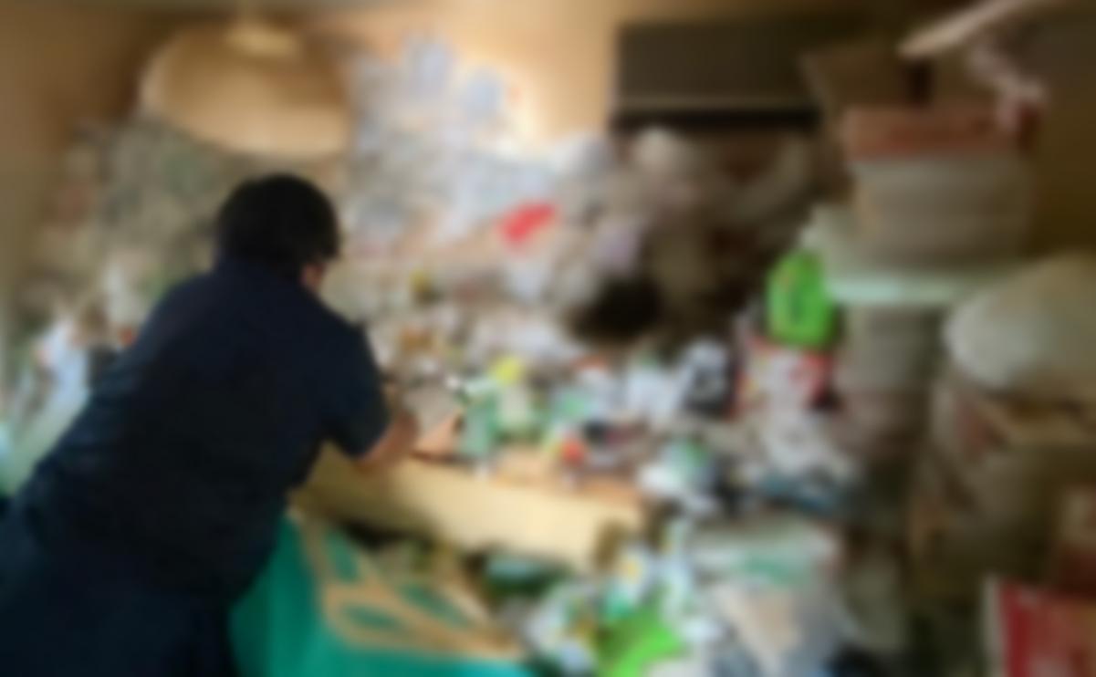 ゴミ屋敷清掃中の画像