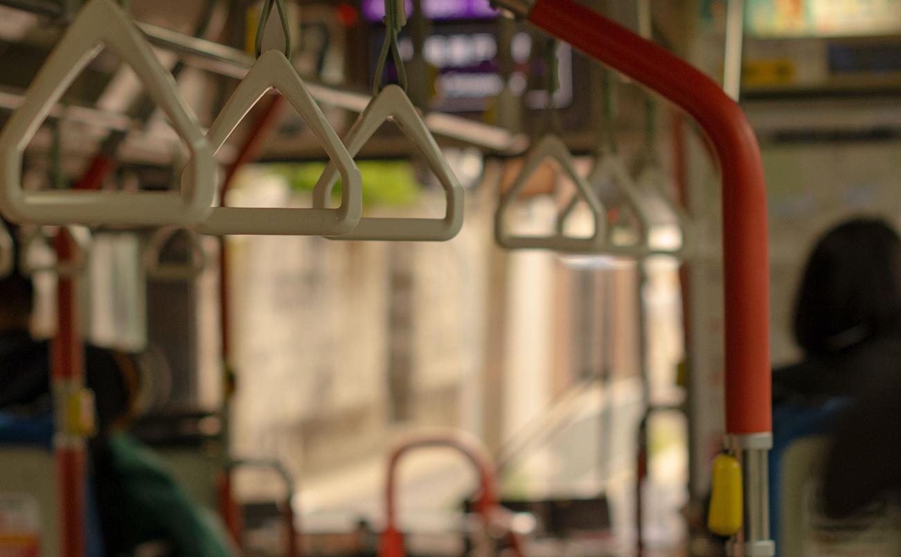 バスの車内の画像