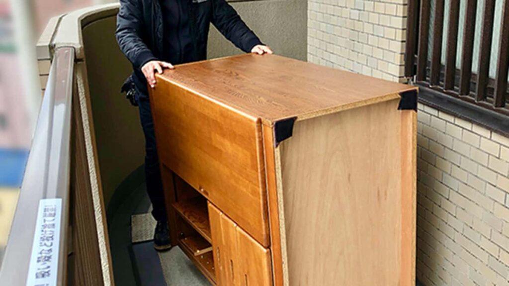 平台車で家具を運んでいる写真